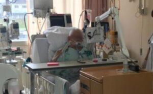 人工呼吸中にテレビを見ている患者さんの様子